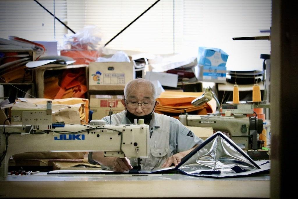 縫製作業をする澄男さん